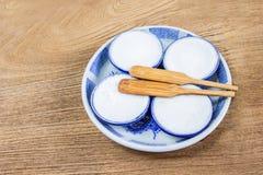 Tajlandzki Kokosowego mleka Custard jest tajlandzkim deserem robić od ryżowej mąki, kokosowy mleko i cukier stawia małe ceramiczn Zdjęcie Stock