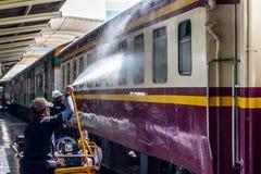 Tajlandzki kolej pociąg dostaje domycie dla czystego Zdjęcie Stock