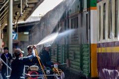 Tajlandzki kolej pociąg dostaje domycie dla czystego Obraz Stock