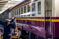Tajlandzki kolej pociąg dostaje domycie dla czystego Zdjęcia Stock