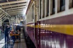 Tajlandzki kolej pociąg dostaje domycie dla czystego Zdjęcia Royalty Free