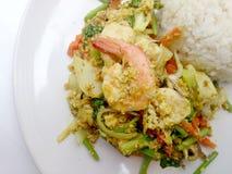 Tajlandzki kraba curry'ego przepis - podpalająca kałamarnica i, mieszanka owoce morza z mieszanki warzywem Phat phong Kari w Tajl Zdjęcia Royalty Free