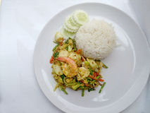 Tajlandzki kraba curry'ego przepis - podpalająca kałamarnica i, mieszanka owoce morza z mieszanki warzywem Phat phong Kari w Tajl Fotografia Royalty Free