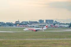 Tajlandzki lew Boeing 737 taxiing pas startowy fotografia stock