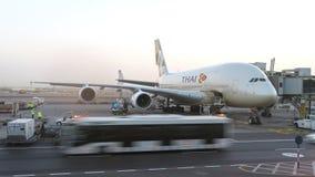 Tajlandzki linii lotniczych A380 samolot utrzymuje przy lotniskiem Konceptualny artykuł wstępny Fotografia Royalty Free