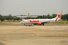 Tajlandzki Lion Air samolot przyjeżdża przy miejscem przeznaczenia Bangkok fotografia stock