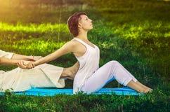 Tajlandzki masaż z joga ćwiczeniami Zdjęcia Stock