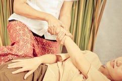 Tajlandzki masowanie na ręce i ręce kobiety Zdjęcie Royalty Free