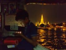 Tajlandzki nastolatek żegluje łodzią wzdłuż Chaopraya rzeki blisko Wata Arun zdjęcie royalty free
