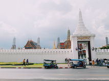 Tajlandzki pałac i tuktuk samochód Fotografia Stock