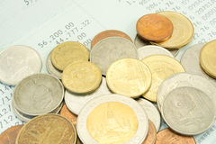 Tajlandzki pieniądze skąpanie na oszczędzania Obrachunkowym Passbook Fotografia Royalty Free