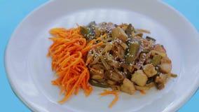 Tajlandzki ryżowego kluski naczynie z kurczaków warzywami i sezamowymi ziarnami w ochraniacza Tajlandzkim kumberlandzie Obracanie zbiory wideo