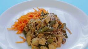 Tajlandzki ryżowego kluski naczynie z kurczaków warzywami i sezamowymi ziarnami w ochraniacza Tajlandzkim kumberlandzie Obracanie zbiory