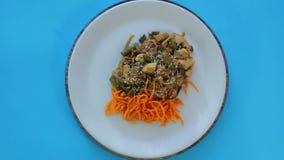 Tajlandzki ryżowego kluski naczynie z kurczakiem, warzywa i sezam w kumberlandzie Padtai wiruje w okręgu zdjęcie wideo