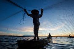 Tajlandzki rybak na drewnianym łódkowatym kastingu sieć obrazy stock