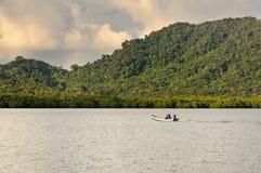 Tajlandzki rybaka ?eglowanie ?odzi? wioska rybacka przy Koh Chang wysp?, Tajlandia obraz stock