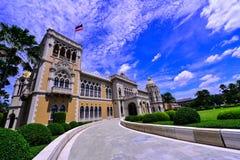 Tajlandzki Rządowy budynek, Tajlandzki rzędu domu Santi Maitri budynek, Tajlandzki Khu Fah dwór w Bangkok, ptak na niebie, Tajlan Obrazy Stock