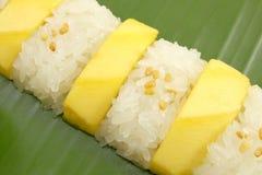 Tajlandzki Słodki Mangowy Kleisty Rice z Kokosowym mlekiem, Biały tło Fotografia Stock