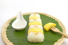 Tajlandzki Słodki Mangowy Kleisty Rice z Kokosowym mlekiem, Biały tło Obrazy Stock