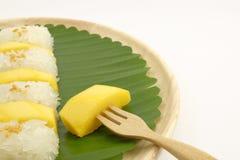 Tajlandzki Słodki Mangowy Kleisty Rice z Kokosowym mlekiem, Biały tło Obrazy Royalty Free