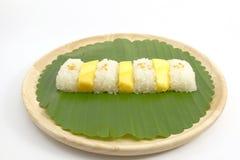 Tajlandzki Słodki Mangowy Kleisty Rice z Kokosowym mlekiem, Biały tło Zdjęcia Stock