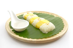 Tajlandzki Słodki Mangowy Kleisty Rice z Kokosowym mlekiem, Biały tło Obraz Royalty Free