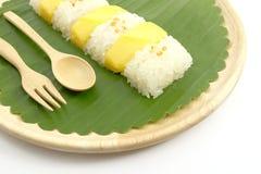 Tajlandzki Słodki Mangowy Kleisty Rice z Kokosowym mlekiem, Biały tło Zdjęcia Royalty Free