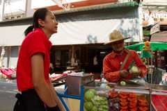 Tajlandzki sprzedawca uliczny Bangkok Tajlandia i klient Fotografia Stock