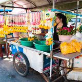 Tajlandzki sprzedawca uliczny kwiat girlandy w Maeklong, Tajlandia Kwiat girlandy są powszechnie używany wewnątrz Obraz Stock