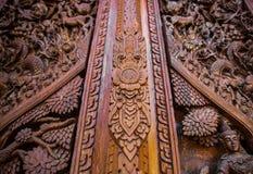Tajlandzki styl rzeźbi na drewnianej bramy świątyni publicznie, wieś, T Obrazy Royalty Free