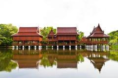 Tajlandzki stylu dom, odbicie w wodzie i Obrazy Royalty Free