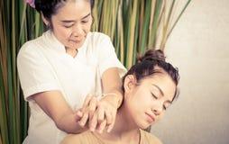 Tajlandzki terapeuta masuje kobiety na ramieniu Zdjęcie Stock