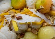 Tajlandzki tradycyjny lody robić od kokosowego mleka, soli, świeżej mleka, cukrowej i małej, Pokrywa z piec arachidami, koks zdjęcia stock
