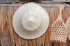 Tajlandzki tradycyjny rolnik handcraft kapeluszowego zrozumienie na słomy ściany tle fotografia royalty free