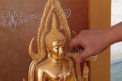 Tajlandzki tradycyjny w Songkran festiwalach nalewa wodę Bhudda Zdjęcia Royalty Free