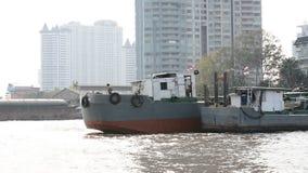 Tajlandzki transport, łódź na Chaophaya rzece pod pięknym przy zmierzchem w Bangkok, TAJLANDIA zdjęcie wideo