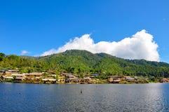 Tajlandzki wzgórza plemienia people& x27; s wioska obok jeziora Obrazy Stock