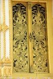Tajlandzki złocisty drzwiowy sztuka wzór zdjęcia royalty free