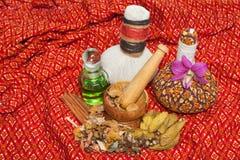 Tajlandzki zdroju masażu położenie z tajlandzkimi ziołowymi kompres piłkami Zdjęcie Stock
