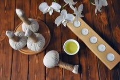 Tajlandzki ziołowy kompres dla masażu z białymi orchideami zdjęcie stock