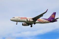 Tajlandzkich dróg oddechowych samolotowy lądowanie przy Chiangmai lotniskiem międzynarodowym Obrazy Royalty Free