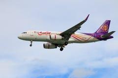 Tajlandzkich dróg oddechowych samolotowy lądowanie przy Chiangmai lotniskiem międzynarodowym Zdjęcie Royalty Free