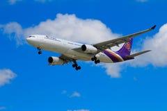 Tajlandzkich dróg oddechowych samolotowy lądowanie przy Chiangmai lotniskiem międzynarodowym Fotografia Royalty Free