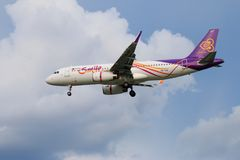 Tajlandzkich dróg oddechowych samolotowy lądowanie przy Chiangmai lotniskiem międzynarodowym Zdjęcia Royalty Free