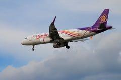 Tajlandzkich dróg oddechowych samolotowy lądowanie przy Chiangmai lotniskiem międzynarodowym Obraz Stock
