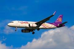 Tajlandzkich dróg oddechowych samolotowy lądowanie przy Chiangmai lotniskiem międzynarodowym Zdjęcia Stock