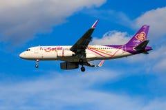 Tajlandzkich dróg oddechowych samolotowy lądowanie przy Chiangmai lotniskiem międzynarodowym Fotografia Stock