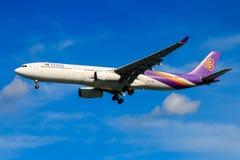 Tajlandzkich dróg oddechowych samolotowy lądowanie przy Chiangmai lotniskiem międzynarodowym Obrazy Stock