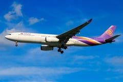 Tajlandzkich dróg oddechowych samolotowy lądowanie przy Chiangmai lotniskiem międzynarodowym Zdjęcie Stock