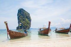 Tajlandzkie łodzie na plaży Zdjęcia Royalty Free